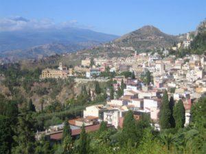 Blick über Taormina zum Ätna